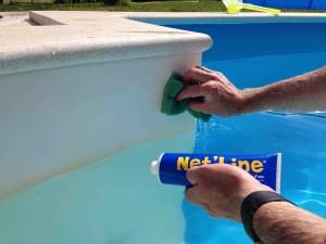 Zum Poolrand reinigen einfach etwas Gel auf einen Schwamm auftragen und über die Wasserlinie wischen.