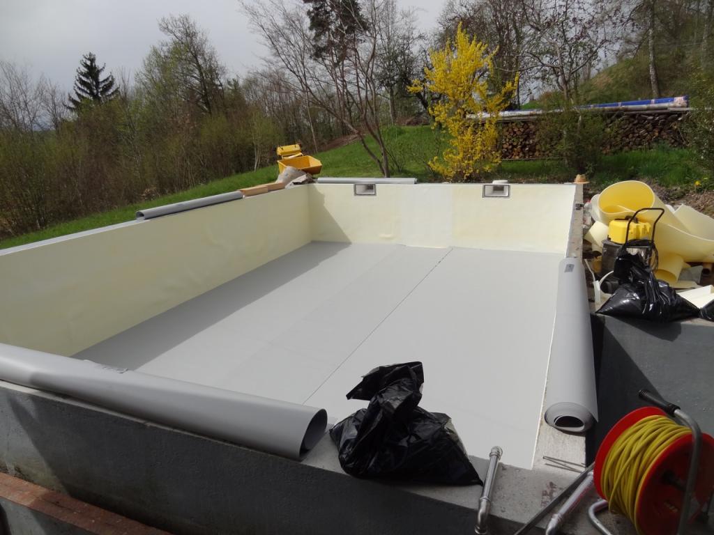 Schwimmbadsanierung: Die Folie wird am Boden ausgelegt