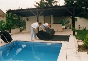 Nun wird die Poolheizung aufgerollt und zur vorgesehenen Fläche gebracht.