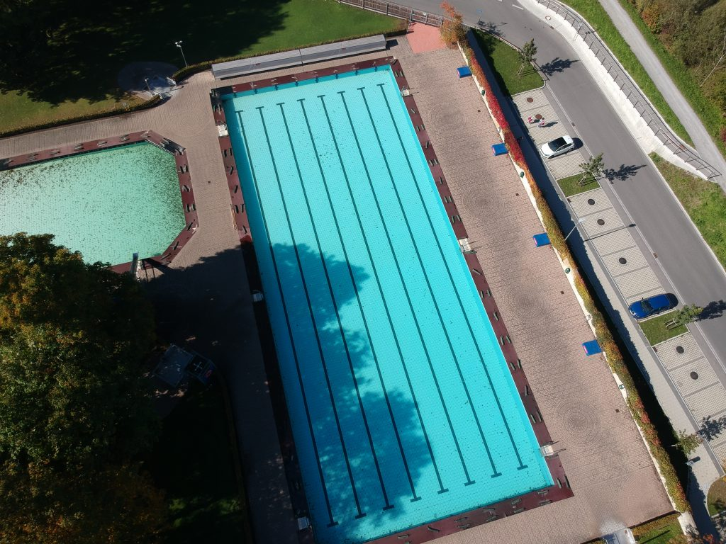 Schwimmerbecken und Nichtschwimmerbecken des Freibads